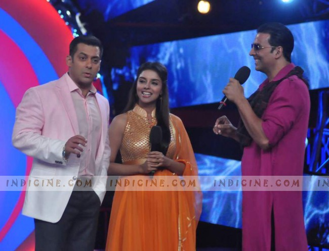 Akshay, Asin with Salman on Bigg Boss