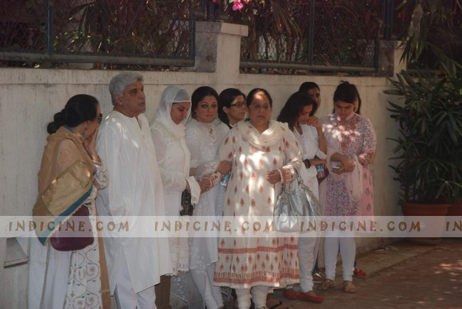 Javed Akhtar and Shabana Azmi with their family at Mona Kapoor's funeral
