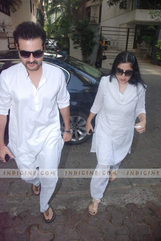 Sanjay Kapoor with his wife Maheep Kapoor at Mona Kapoor's funeral