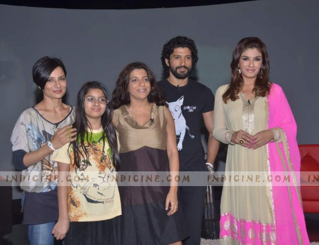 Adhuna, Akira, Zoya and Farhan Akhtar with Raveena Tandon on the sets of NDTV Issi Ka Naam Zindagi