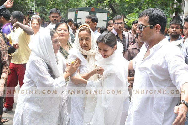Jiah Khan's sister Kavita and mother Rubiya being consoled by family members