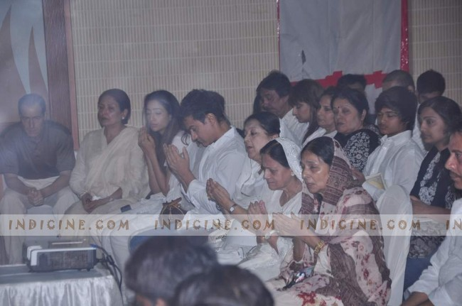 Aamir Khan prays with Jiah Khan's mother and sister
