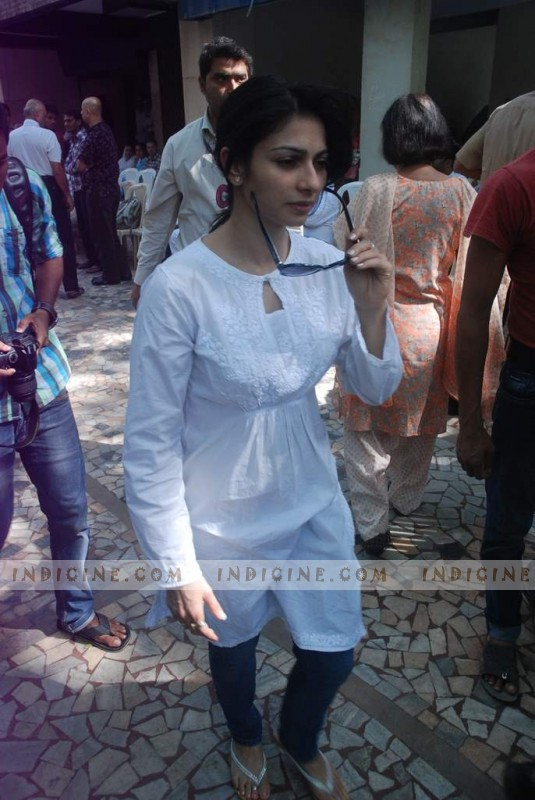 Tanisha Mukherjee at Joy Mukherjee's Funeral
