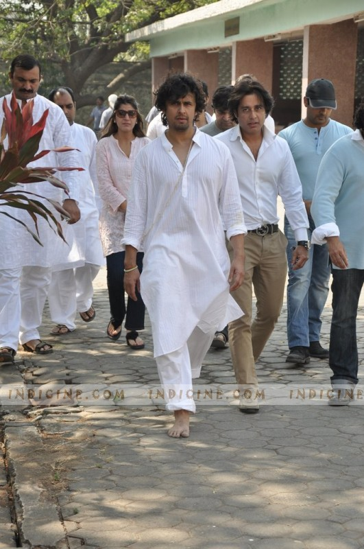 Sonu Nigam at his mother's funeral