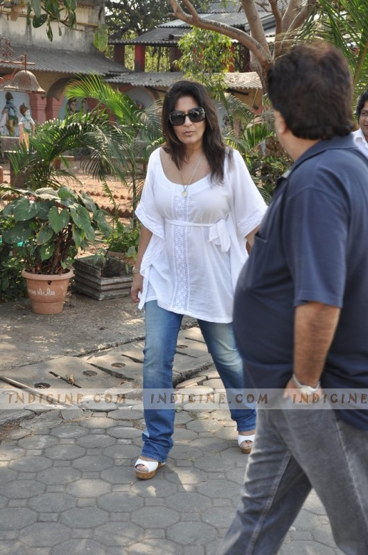 Archana Puran Singh at Sonu Nigam's mother's funeral