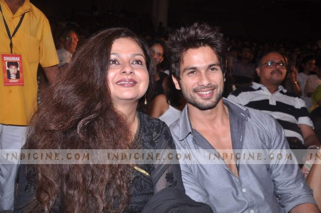 Shahid Kapoor with mother Neelima Azim at Shiamak Davar's show