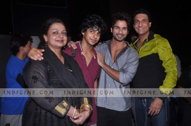 Shahid Kapoor with brother Ishaan Kapoor and mother Neelima Azim at Summer Funk show