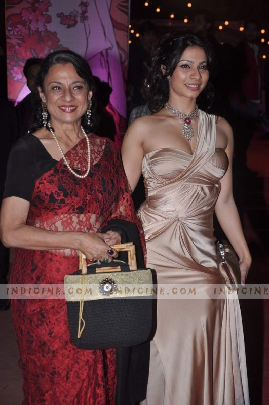 Tanisha Mukherjee with mother Tanuja at Stardust Awards 2012 red carpet