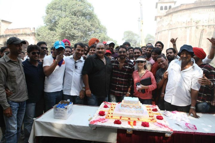 Ajay Devgan celebrating his Birthday on the Sets of Son of Sardar
