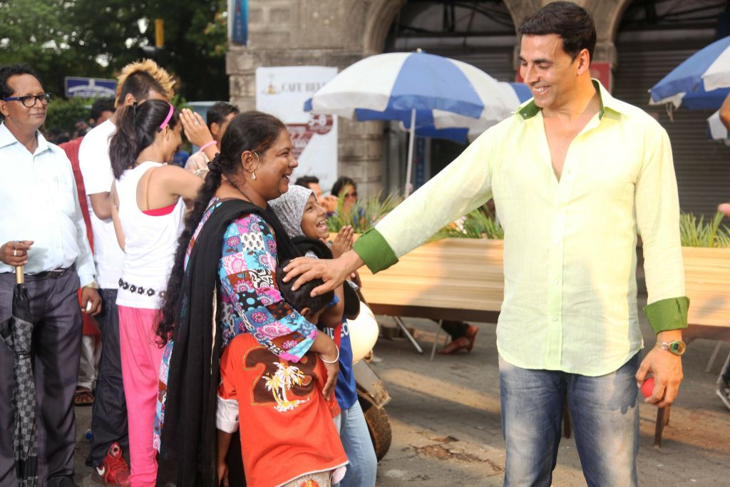 Akshay Kumar meets a fan along the way, spreading some more smiles