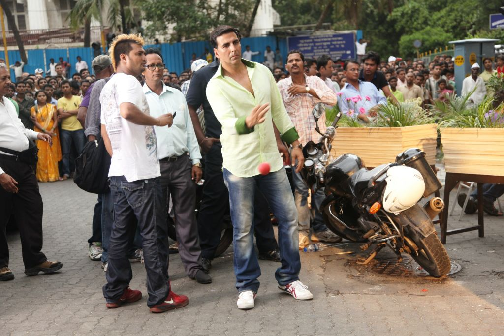 Akshay Kumar playing ball with the crowd