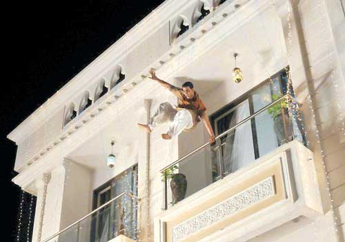 Akshay Kumar's dangerous stunt on the sets of Khiladi 786 in Madh Island