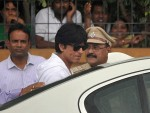 Shahrukh Khan leaves after paying tribute to Rajesh Khanna