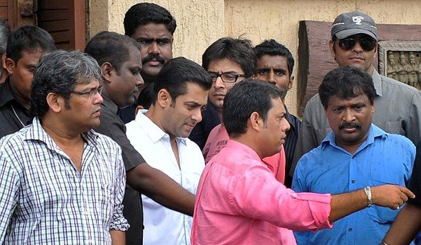 Salman Khan leaves after paying tribute to Rajesh Khanna