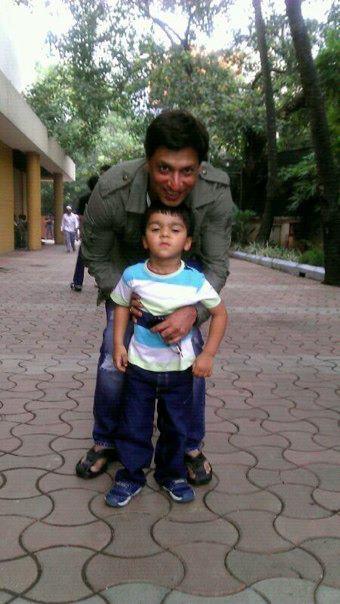 Madhur Bhandarkar with small kid on the sets of Heroine