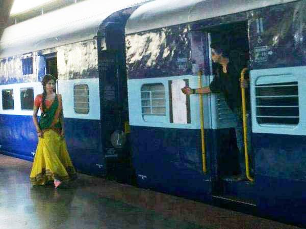 http://www.indicine.com/img/2012/10/SRK-Deepika-Chennai-Express.jpg