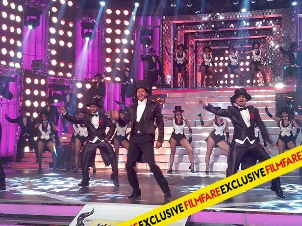 Shahrukh Khan performs at Filmfare Awards