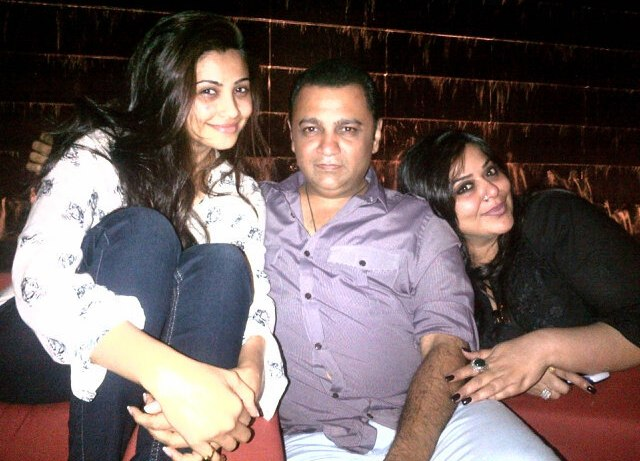 Daisy Shah with friends