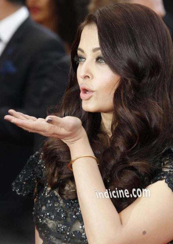 Aishwarya Rai give flying kiss at Cannes 2013