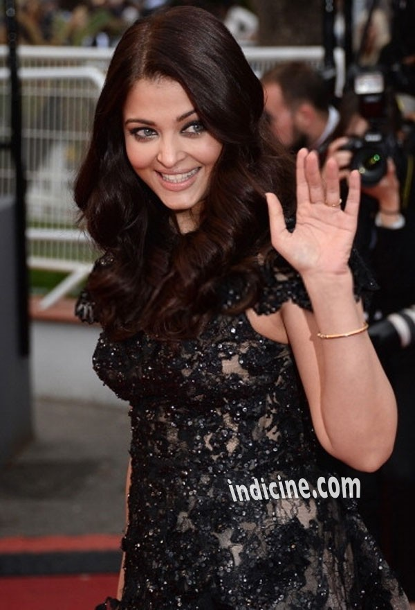 Aishwarya Rai waves to fans - Cannes 2013