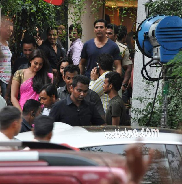 Sonakshi Sinha, Akshay Kumar on the sets of Pistol