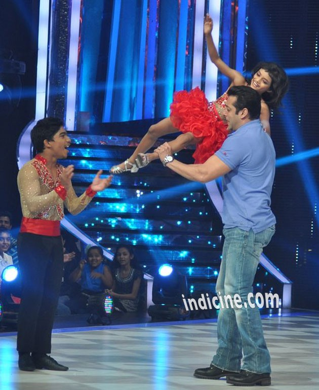 Salman Khan with jhalak dikhhla jaa contestants