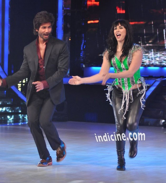 Shahid Kapoor performs with Lauren Gottlieb