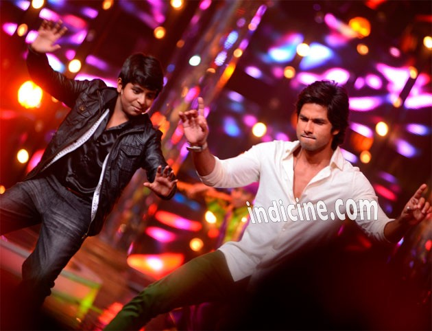 Shahid Kapoor performs with Anmol Jaswal