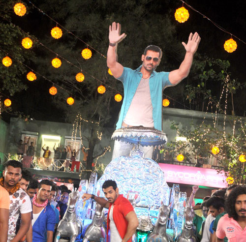 John Abraham's tappori item song in Welcome Back