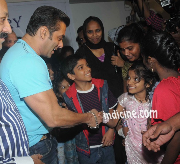 Salman Khan shake hands with kids