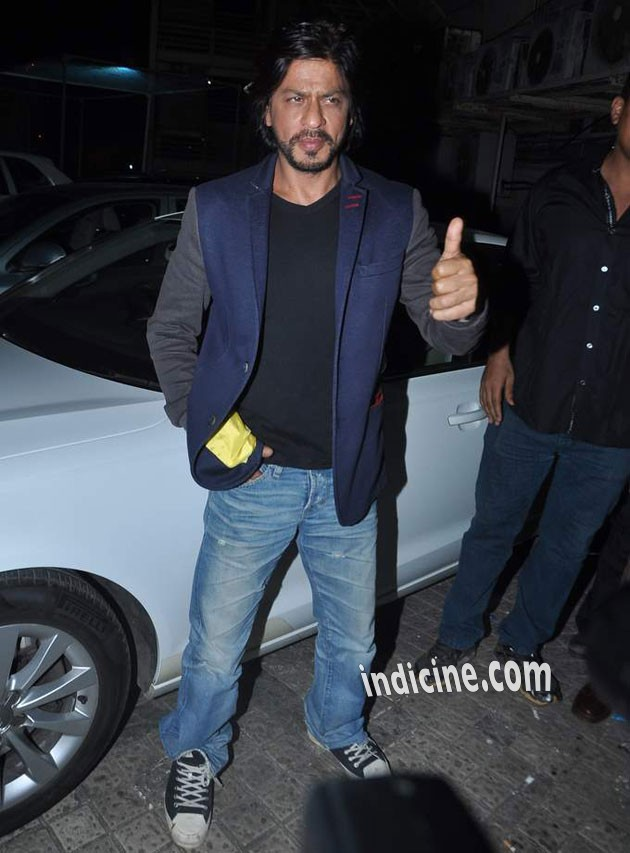 SRK gives a thumbs up during the special screening of Krrish 3