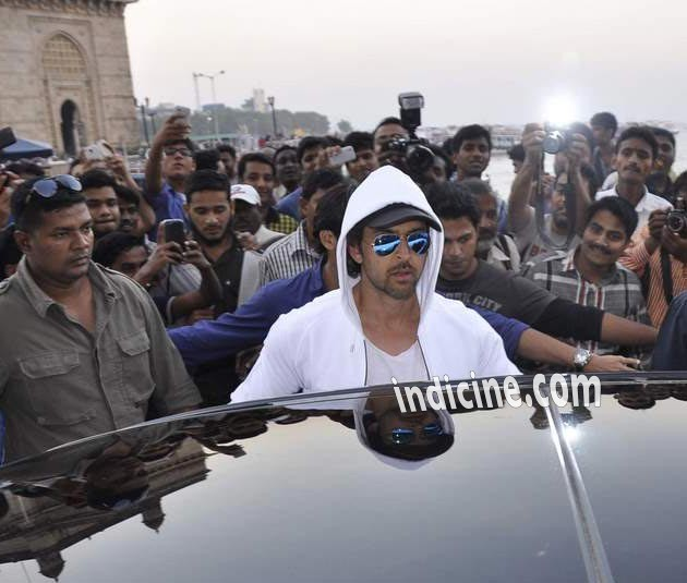 Hrithik Roshan gets into his car