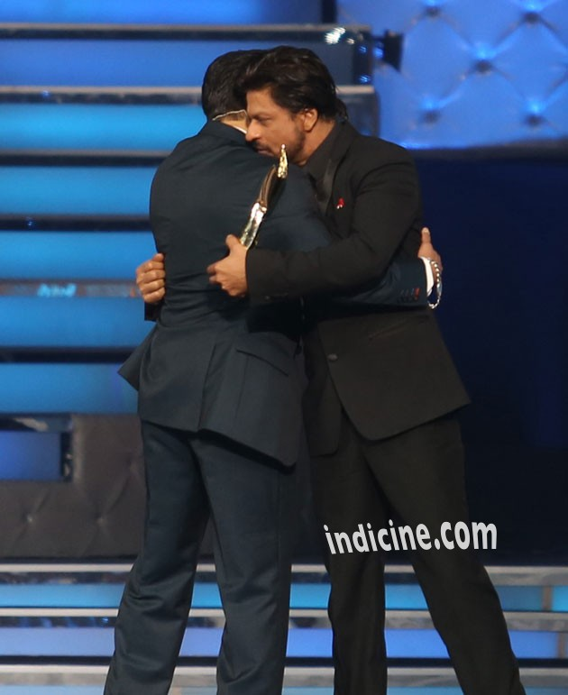 Salman Khan and Shahrukh Khan hug again at Star Guild Awards