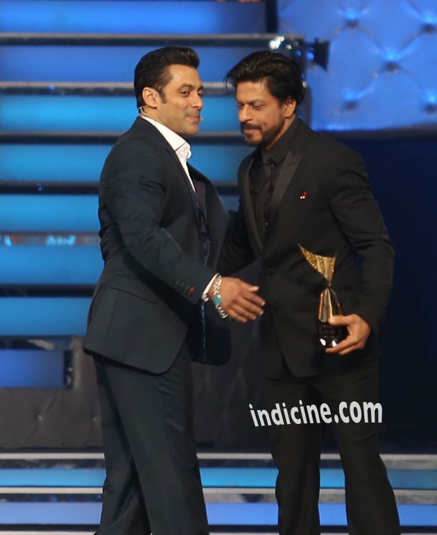 Salman and Shahrukh hug again at Star Guild Awards