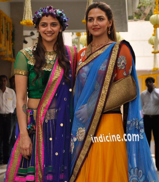 Esha Deol with sister Ahana Deol at Mehendi ceremony