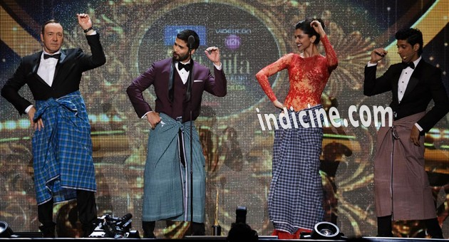 Kevin Spacey's Lungi Dance with Deepika, Shahid and Farhan Akhtar