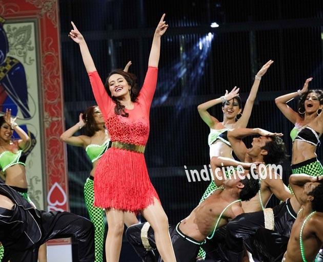 Sonakshi Sinha performs at IIFA awards 2014