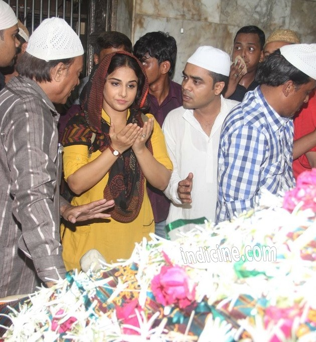 Vidya Balan offer prayers at the Dargah for her upcoming film Bobby Jasoos