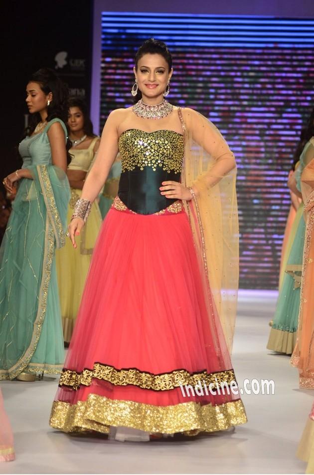 Amisha Patel walks for Surya Golds at IIJW 2014