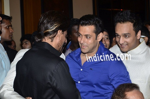 Shahrukh Khan, Salman Khan hug each other again at Baba Siddiqui's Iftaar party