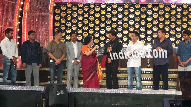 Shahrukh Khan receives Entertainer Of Indian Cinema award at the 8th Annual Vijay Awards
