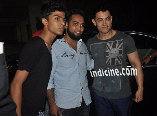 Aamir Khan snapped with fans