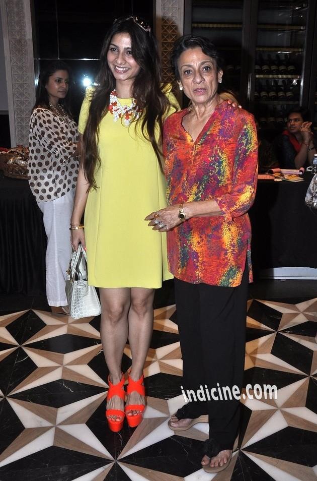 Tanisha Mukherjee with mother Tanuja