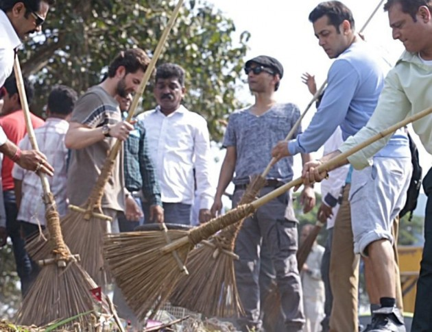Salman Khan sweeps street at Karjat