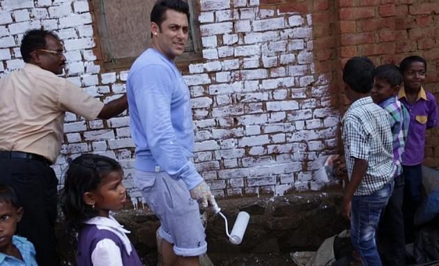 Salman Khan painting during Swachh Bharat Abhiyan