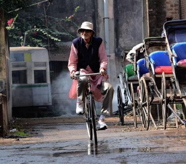 Amitabh Bachchan cycles in Kolkata