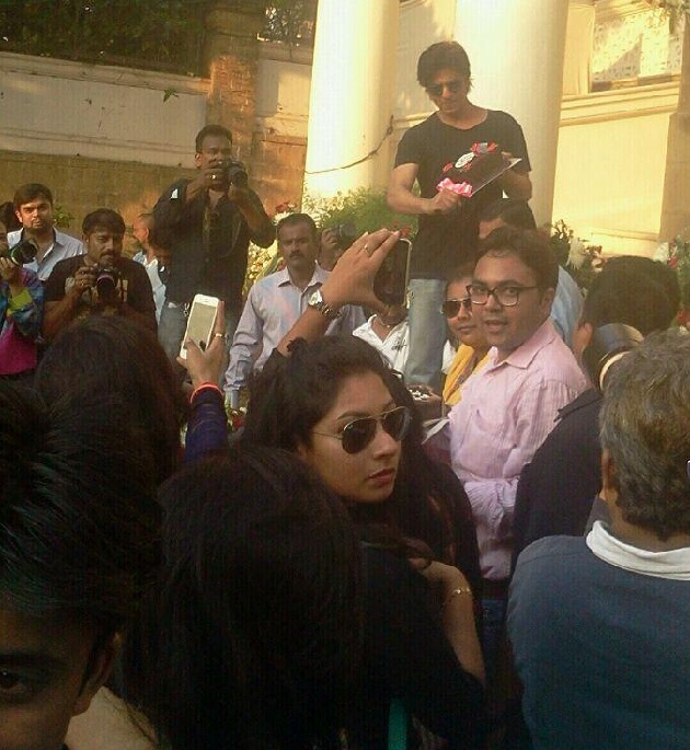 Shahrukh Khans birthday at Mannat Photos