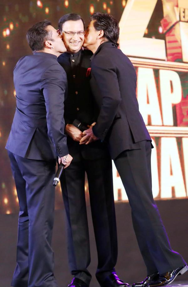 Salman and SRK kisses on Aap Ki Adalat host Rajat Sharma
