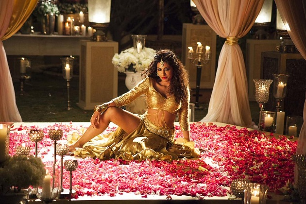 Chitrangada Singh still from the song Kundi Mat Khadkao Raja