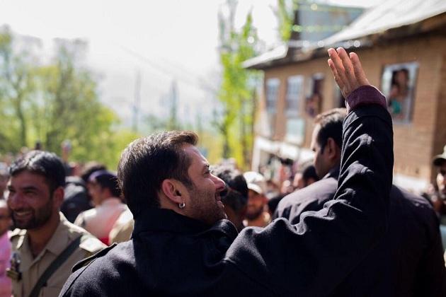 Salman Khan waving his hand towards fan